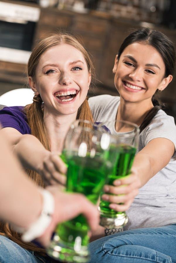 Gelukkige jonge vrouwen die St Patricks Dag vieren royalty-vrije stock afbeeldingen