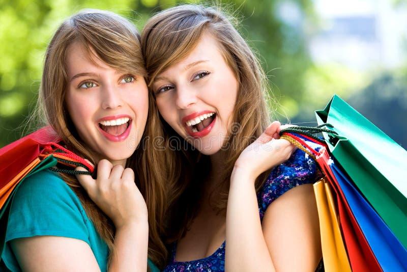 Gelukkige jonge vrouwen met het winkelen zakken royalty-vrije stock afbeeldingen
