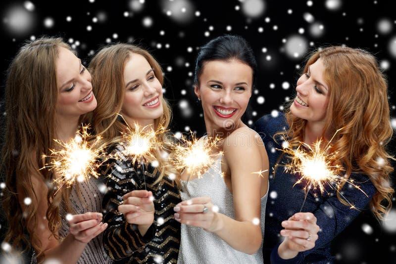 Gelukkige jonge vrouwen met sterretjes over sneeuw royalty-vrije stock afbeeldingen