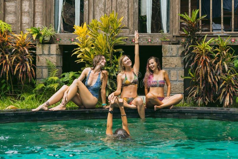 gelukkige jonge vrouwen in swimwear hebbend pret stock afbeeldingen