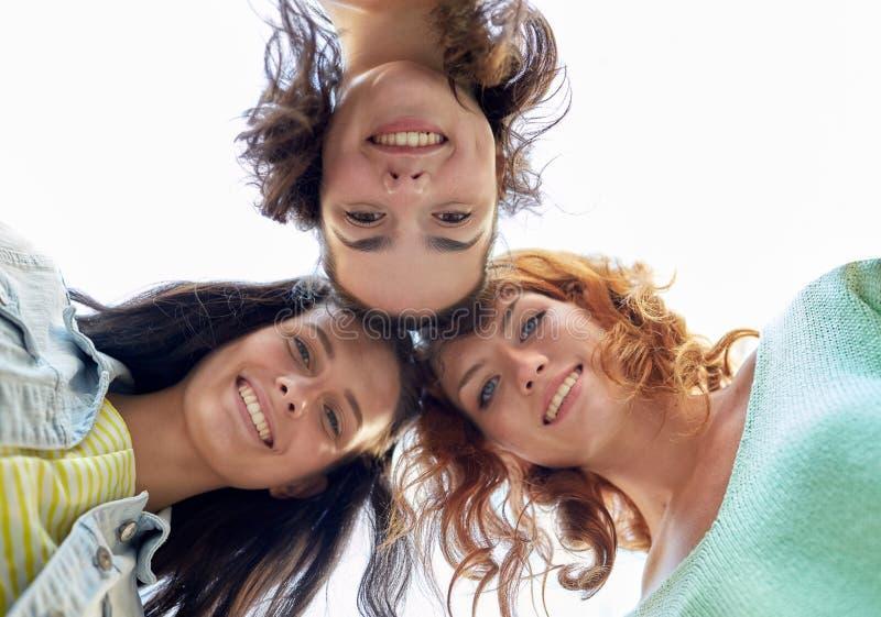 Gelukkige jonge vrouwen of tieners in cirkel royalty-vrije stock foto