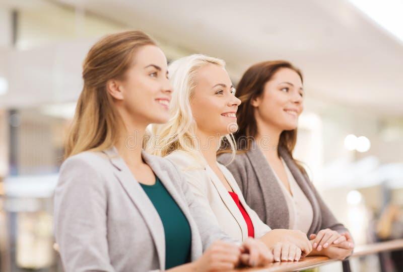 Gelukkige jonge vrouwen in wandelgalerij of commercieel centrum royalty-vrije stock foto's
