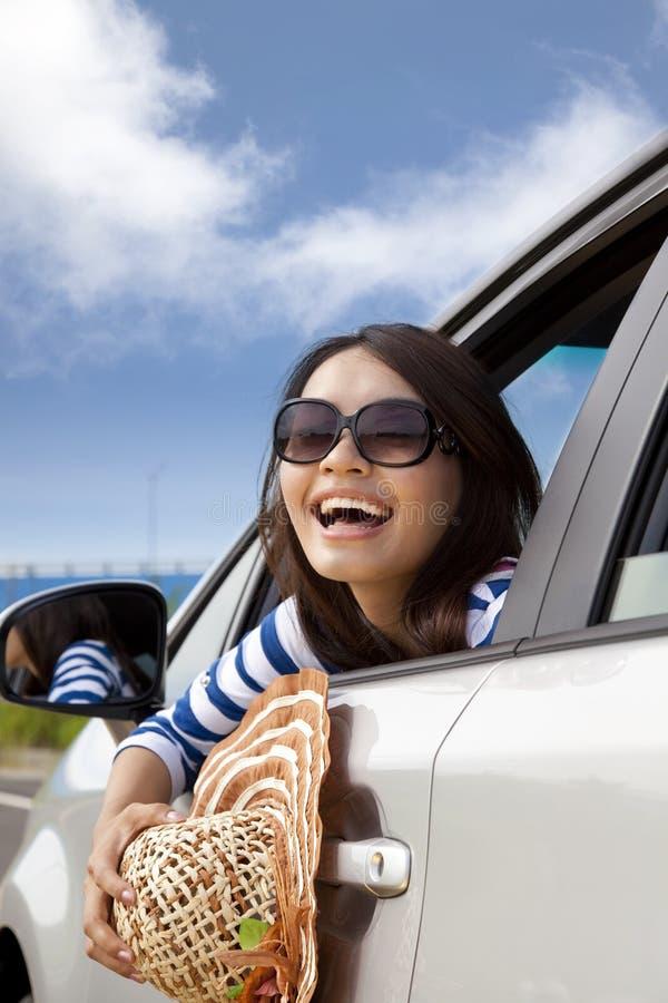 Gelukkige jonge vrouwenZitting in Auto stock afbeelding