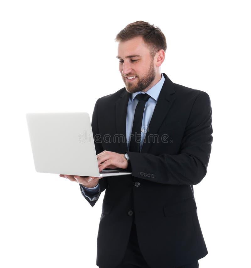 Gelukkige jonge zakenman die laptop op wit met behulp van royalty-vrije stock foto