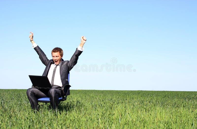 Gelukkige jonge zakenman en laptop stock foto's