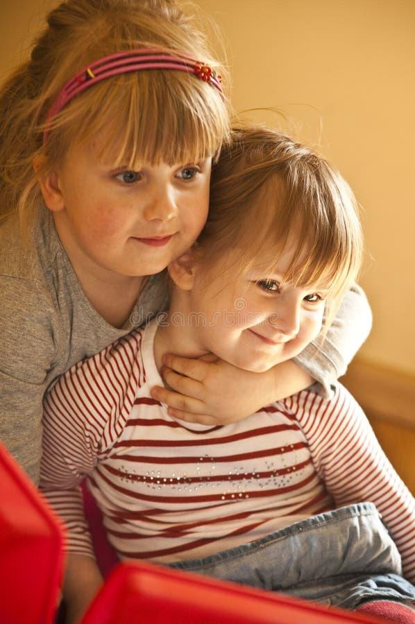 Gelukkige jonge zusters stock foto's