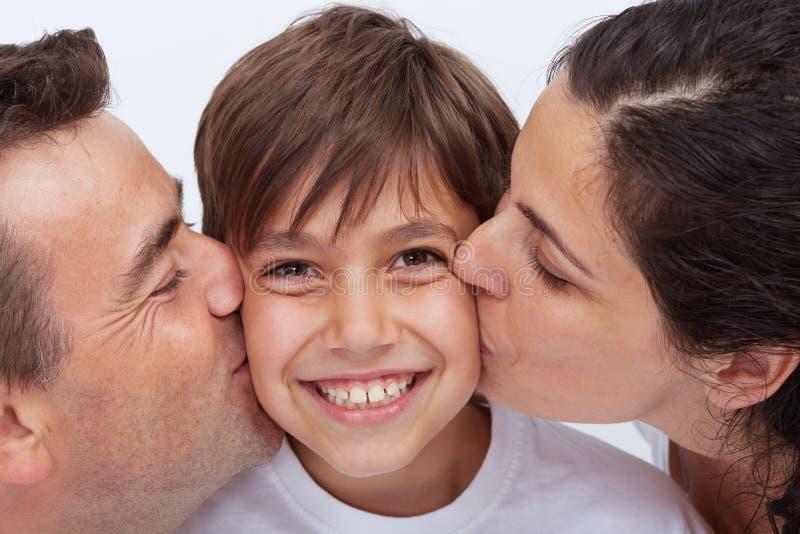 Gelukkige jongen die de aandacht van zijn ouders hebben stock fotografie