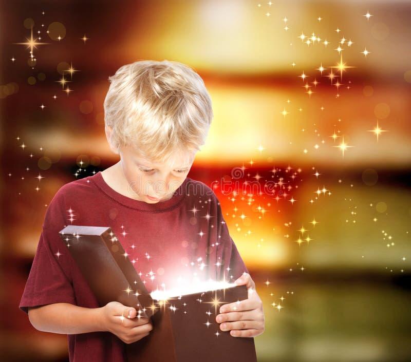 Gelukkige Jongen die een Doos van de Gift opent royalty-vrije stock afbeelding