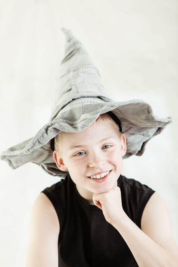 Gelukkige jongen die grijze gerichte hoed dragen stock afbeelding
