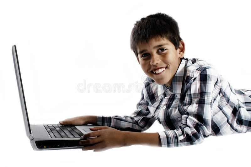 Gelukkige jongen die laptop met behulp van stock fotografie