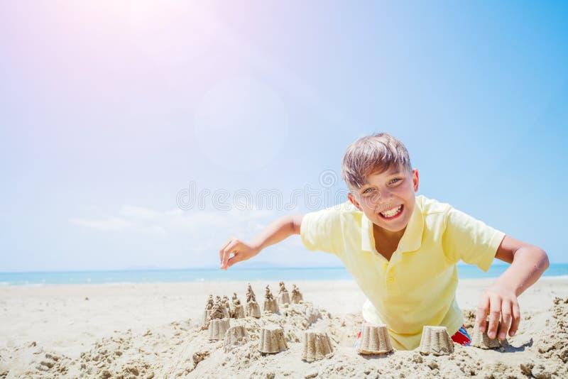 Gelukkige jongen die pret op tropisch strand hebben royalty-vrije stock afbeeldingen