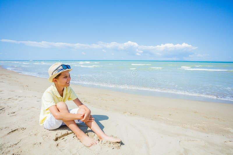 Gelukkige jongen die pret op tropisch strand hebben royalty-vrije stock fotografie