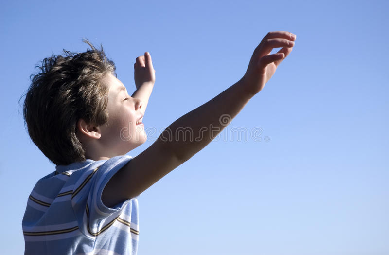 Gelukkige jongen en blauwe hemel stock foto's