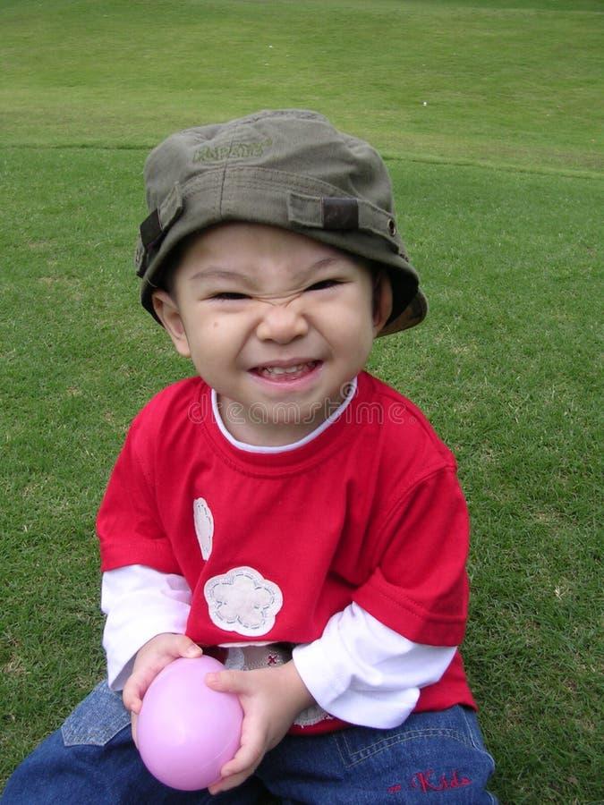 Gelukkige jongen en eibal royalty-vrije stock foto's