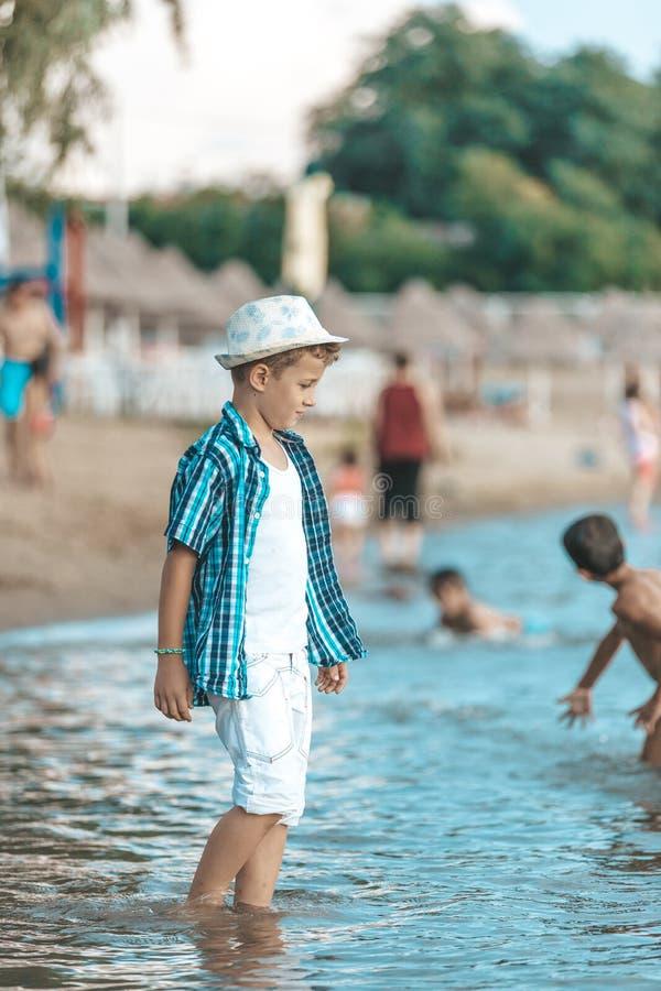 Gelukkige jongen met een hoed op een strand royalty-vrije stock afbeeldingen