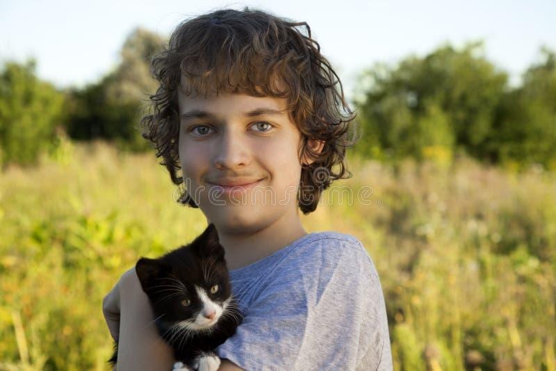 Gelukkige jongen met een katje stock fotografie