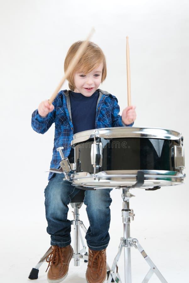 Gelukkige jongen met trommel stock foto
