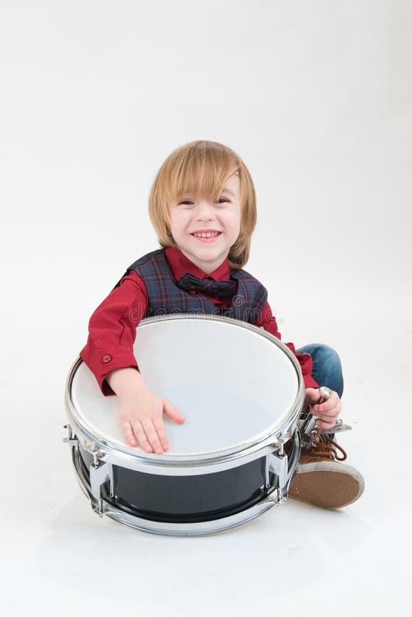 Gelukkige jongen met trommel stock fotografie