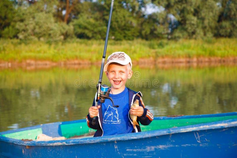 Gelukkige jongen met vangst stock afbeelding