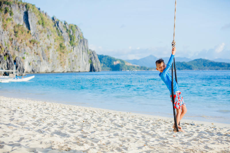 Gelukkige jongen op strand stock afbeelding