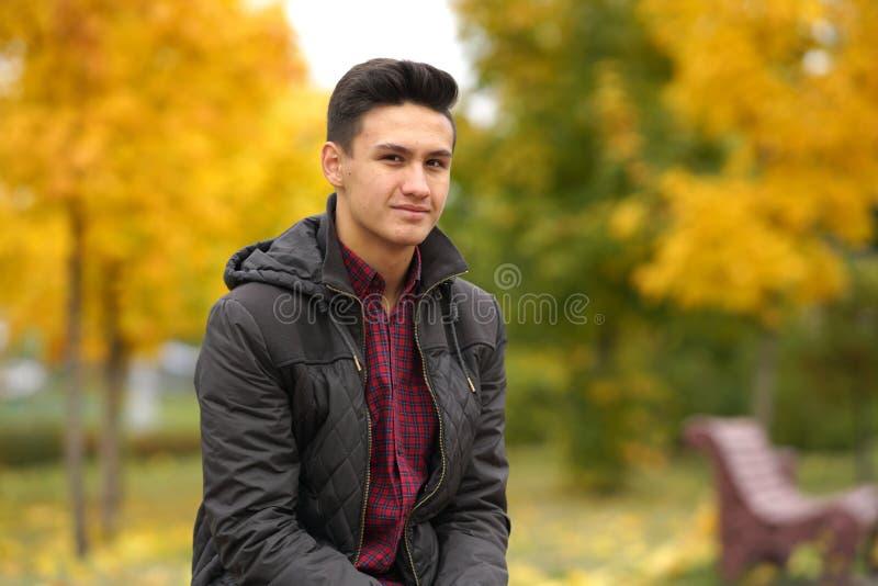 Gelukkige jongen in openlucht in de herfst stock foto
