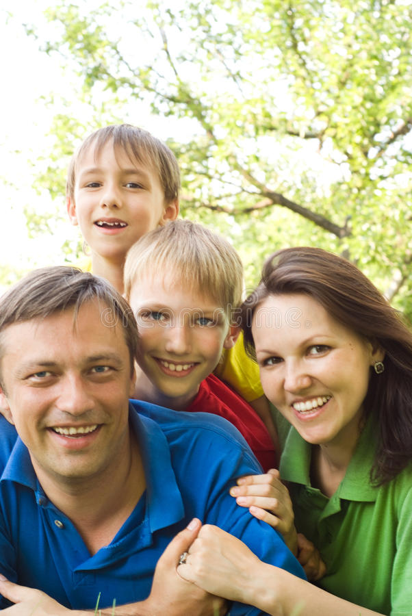 Gelukkige jongens met familie royalty-vrije stock afbeelding
