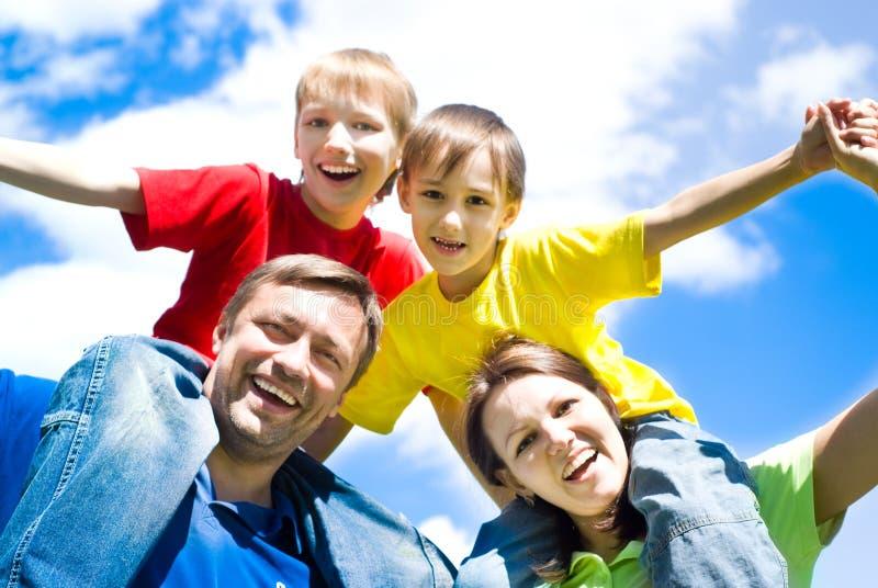 Gelukkige jongens met ouders stock afbeelding