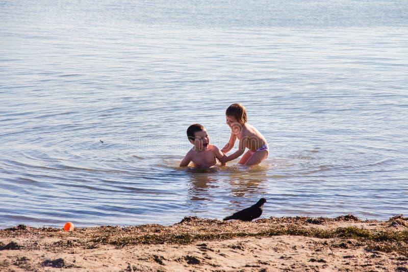Gelukkige Jongens op het overzees stock afbeelding