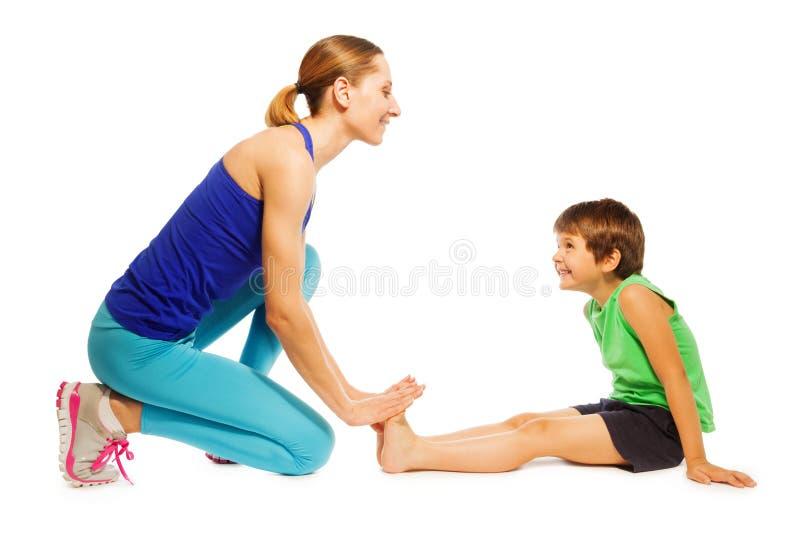 Gelukkige jongens uitrekkende zitting op de vloer met mamma stock afbeeldingen