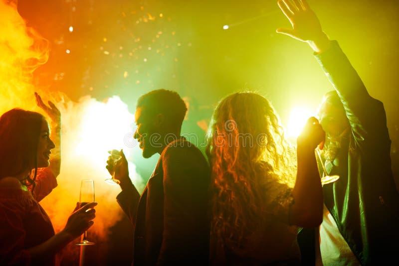 Gelukkige jongeren die partij van tijd genieten royalty-vrije stock foto's