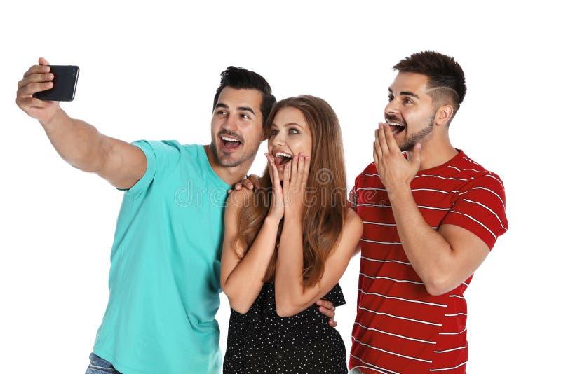 Gelukkige jongeren die selfie op wit nemen royalty-vrije stock foto's