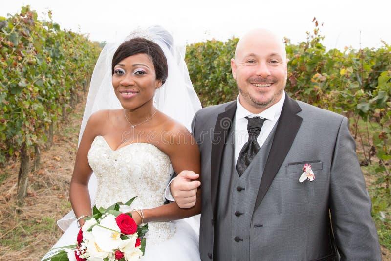 gelukkige jonggehuwde etnische zwarte Afrikaanse Amerikaanse vrouw en medio oude blad Kaukasische man stock foto's