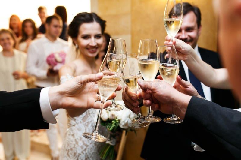 Gelukkige jonggehuwdebruid en bruidegom bij huwelijksontvangst het eten en D stock afbeelding