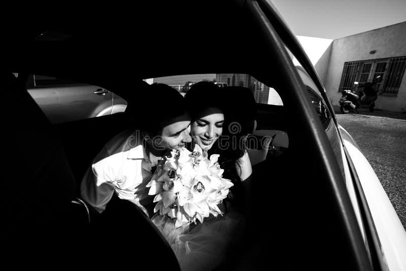 Gelukkige jonggehuwden in de auto b&w royalty-vrije stock foto