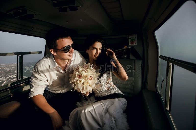 Gelukkige jonggehuwden in de helikopter royalty-vrije stock foto's
