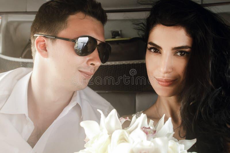 Gelukkige jonggehuwden in de helikopter royalty-vrije stock afbeeldingen