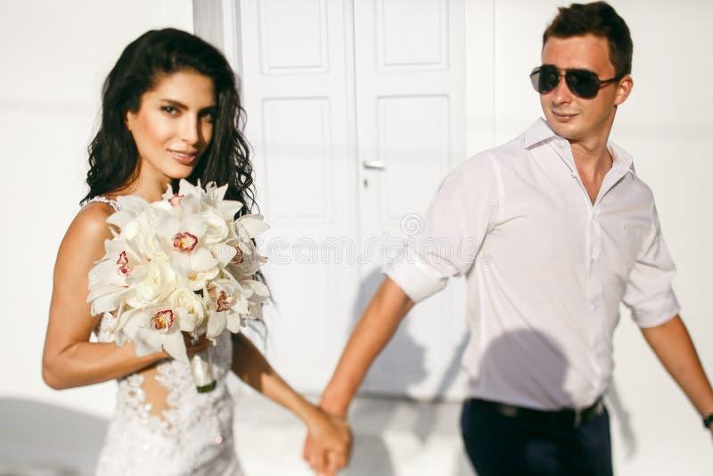 Gelukkige jonggehuwden die op de straat lopen royalty-vrije stock afbeelding