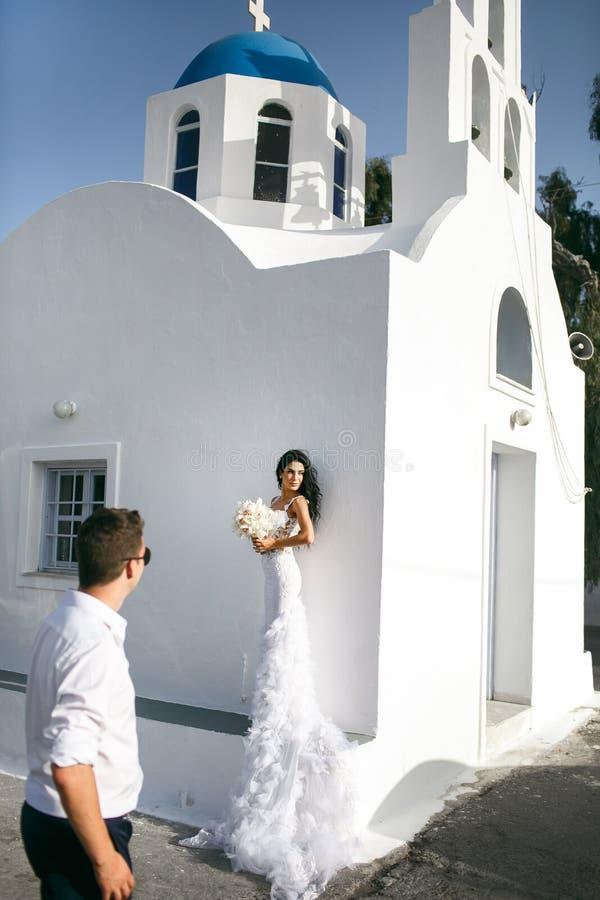 Gelukkige jonggehuwden die op de straat possing stock fotografie