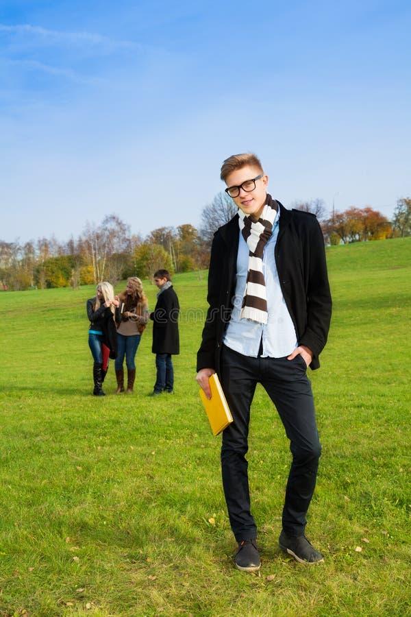 Zekere student in park royalty-vrije stock foto's