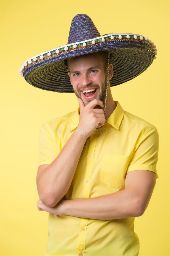Gelukkige kerelglimlach in sombrerohoed Mannelijke manier Altijd in goede stemming Mexicaanse stijl mexico Traditionele kleren th royalty-vrije stock fotografie