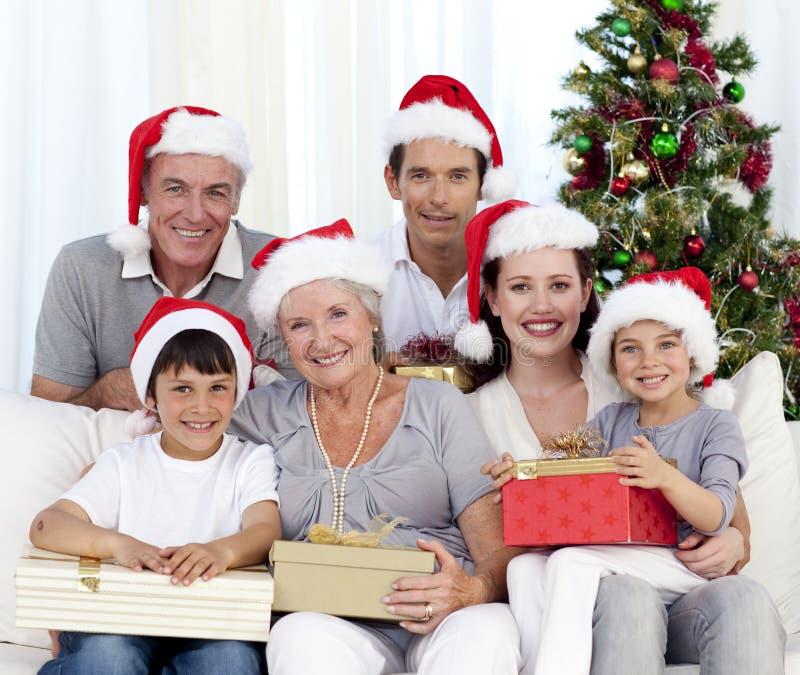 Gelukkige Kerstmis van de familieholding stelt voor stock fotografie