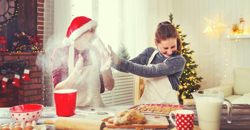 Gelukkige Kerstmiskoekjes van het echtpaarbaksel royalty-vrije stock afbeelding