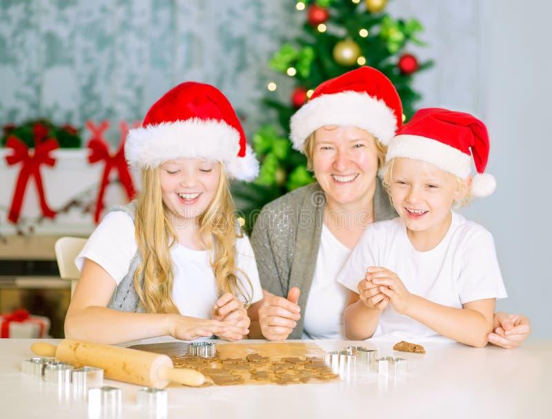 Gelukkige Kerstmiskoekjes van het familiebaksel royalty-vrije stock afbeelding
