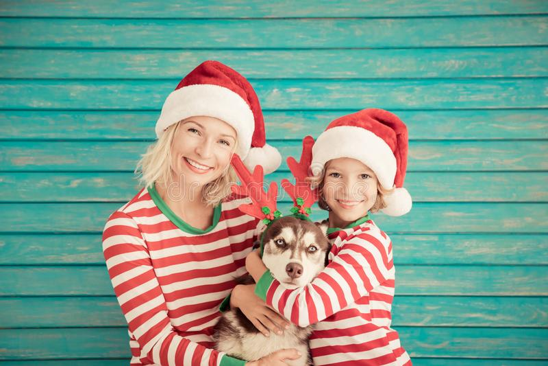 Gelukkige kind en hond op Kerstmisvooravond royalty-vrije stock foto