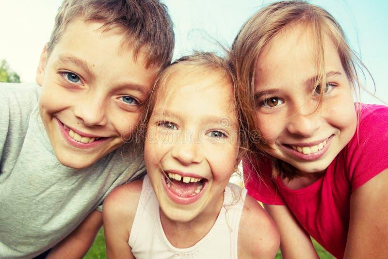 Gelukkige kinderen bij de zomer royalty-vrije stock afbeeldingen