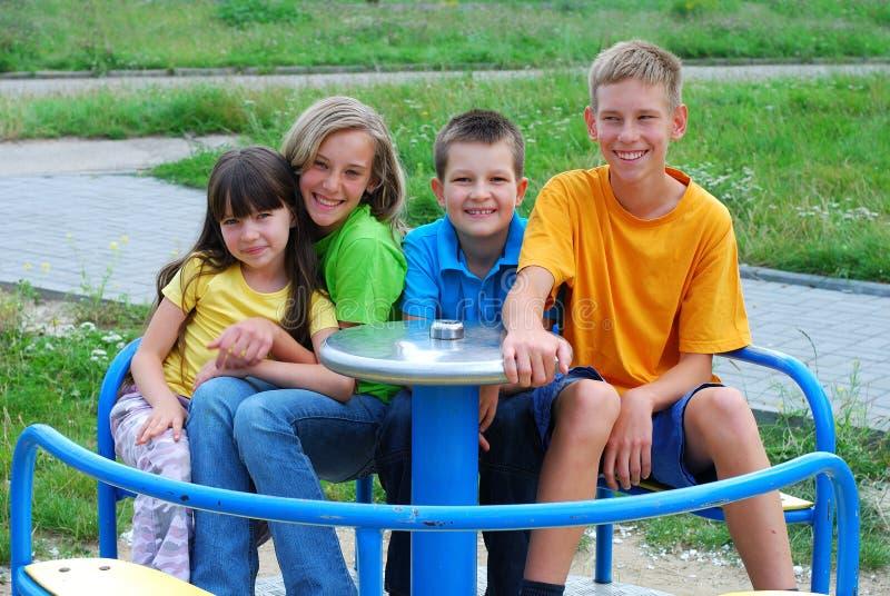 Gelukkige kinderen bij speelplaats royalty-vrije stock foto
