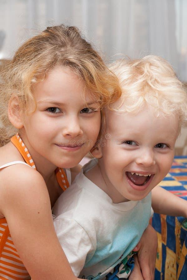 Gelukkige kinderen binnen stock foto