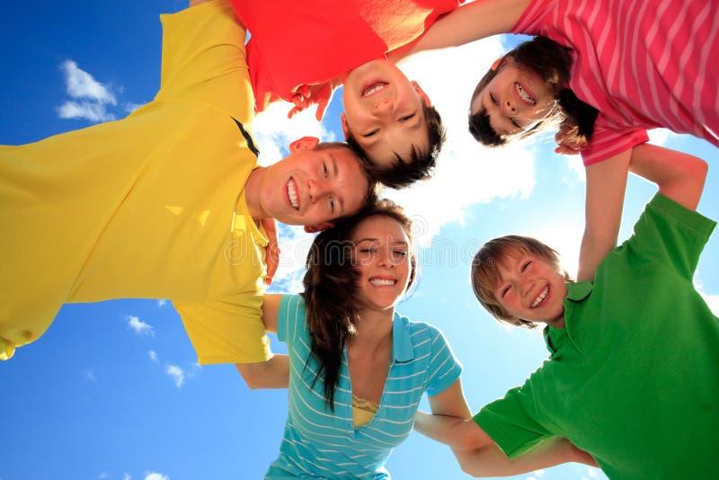 Gelukkige kinderen in cirkel stock afbeelding