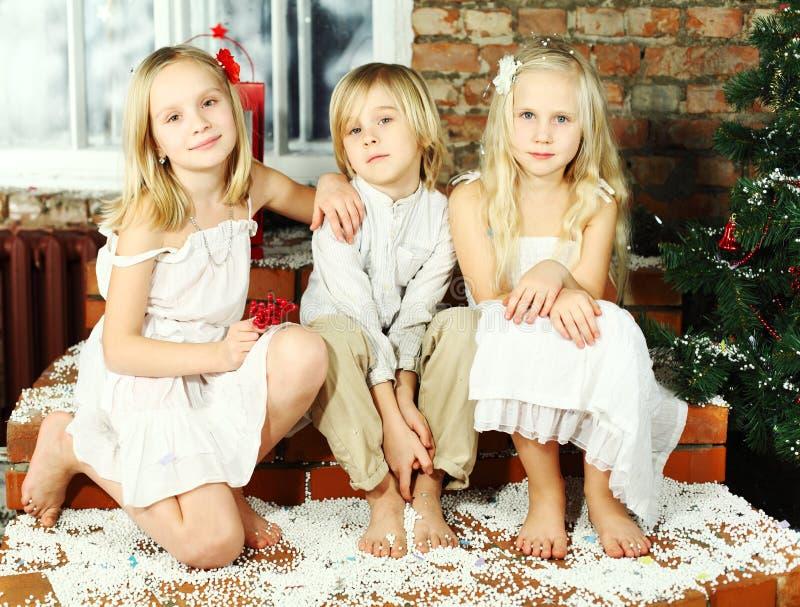 Gelukkige kinderen - de vakantie van Kerstmis stock afbeeldingen