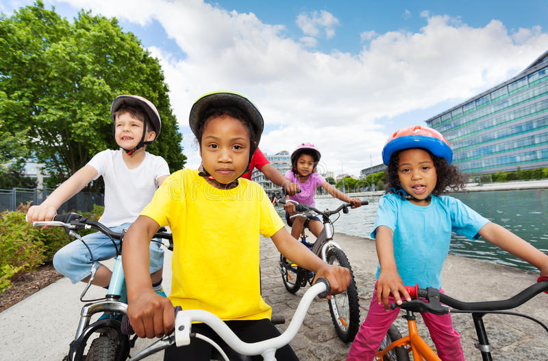 Gelukkige kinderen die berijdend fietsen in de zomer genieten van royalty-vrije stock afbeelding